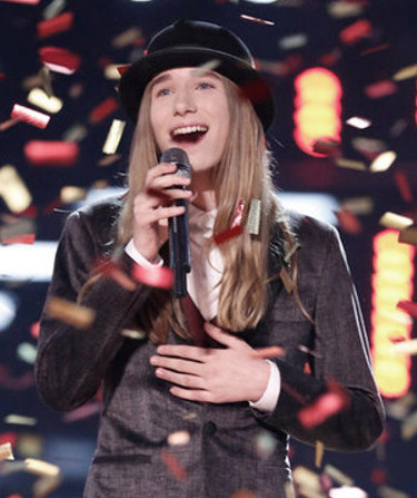 Sawyer Fredericks sings at the confetti falls during The Voice Season 8 finale. (NBC Photo)